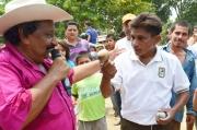 Semana Santa Arauca: Ismael Tovar y un indígena que muestra la zaranda que partió.