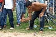 Juegos tradicionales llaneros: Juego de picar troya.